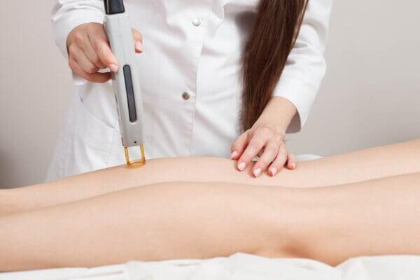 Một khâu trong quy trình trị liệu rạn da với công nghệ laser thông minh